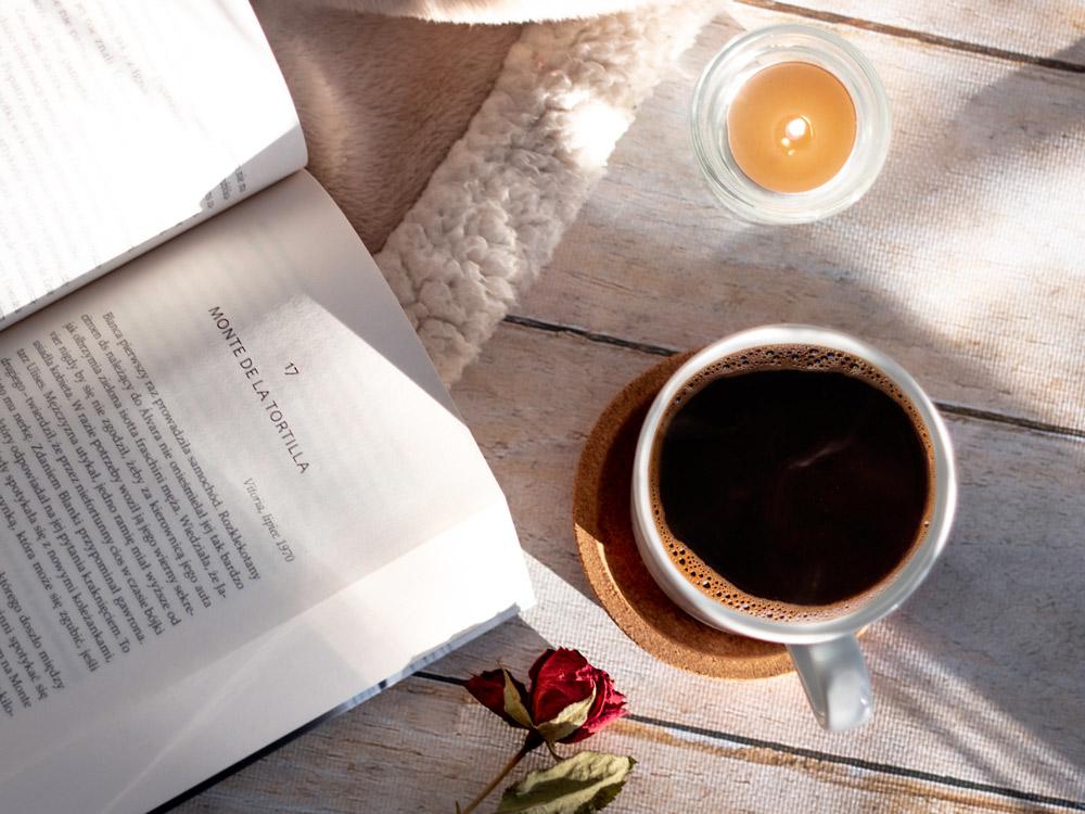 Długie jesienne wieczory z książką i kawą