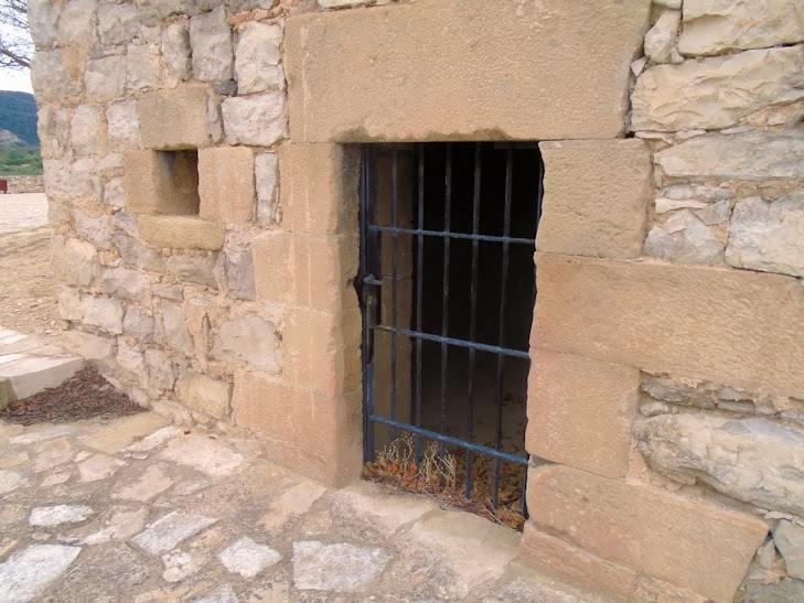 Cárcel situada en el cementerio de Faió / Fayón