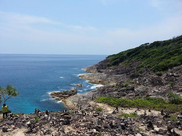 มีจุดท่องเที่ยวที่สนใจสน คือ จุดชมวิวเกาะตาชัย ใช้เวลาเดินจากหน้าหาดลัดเลาะป่าเขาไม่ไกล จะเจอกับวิวหน้าผาริมทะเลทอดตัวยาวไกลสุดลูกหูลูกตา