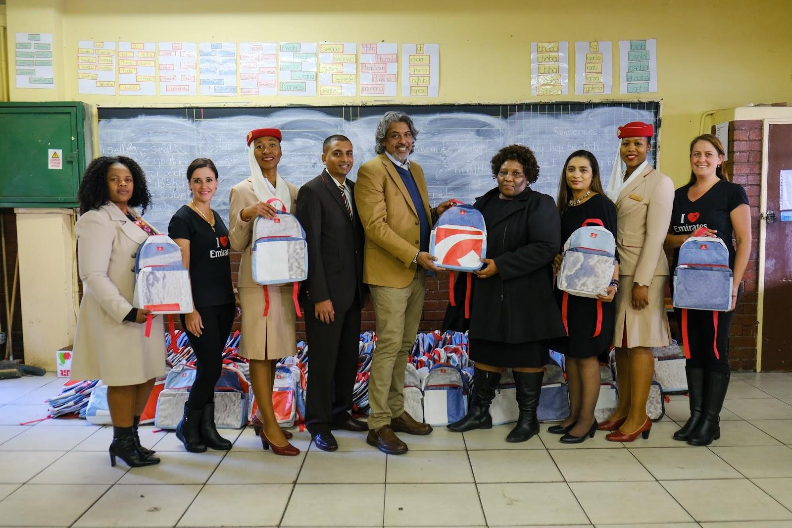 Emirates transforma outdoors em mochilas escolares e sacolas reutilizáveis   É MAIS QUE VOAR