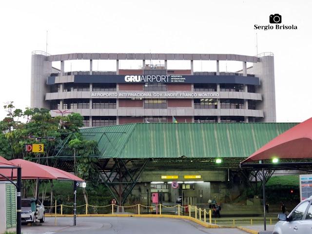 Vista da fachada da edificação central do Aeroporto Internacional de São Paulo - Guarulhos