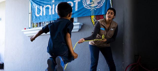 Un niño en un centro de Tijuana en México juega con una trabajadora de UNICEF.UNICEF/Balam-ha Carrillo