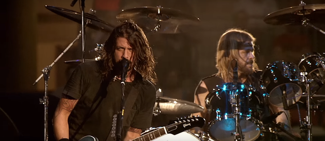 O que Dave Grohl sussurra na música 'Everlong' do Foo Fighters? Descubra: