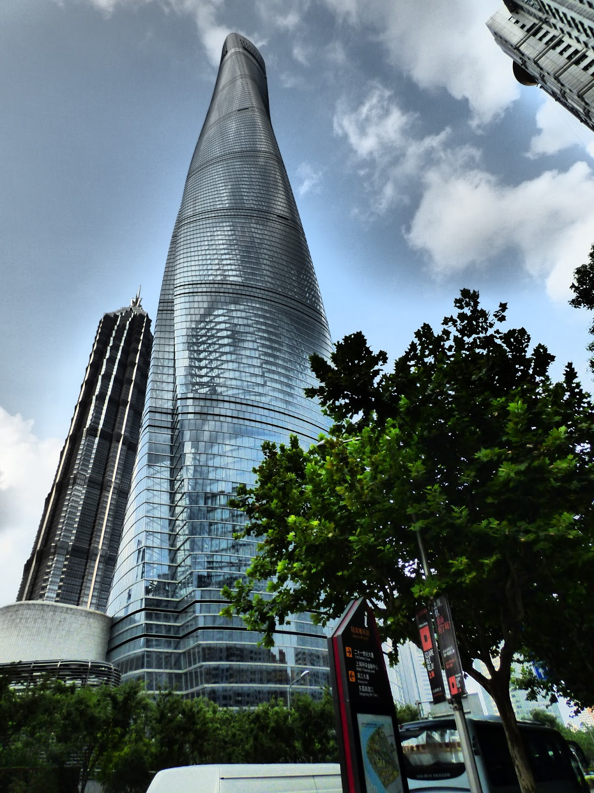 A Sanghai Torony tövében