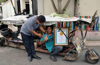 Penghargaan Atas Rekor Mengelilingi Indonesia Menggunakan Vespa Modifikasi