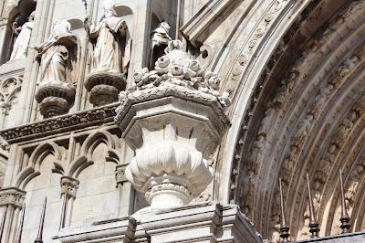 Jarrones del siglo XVIII en la portada de la catedral de Toledo
