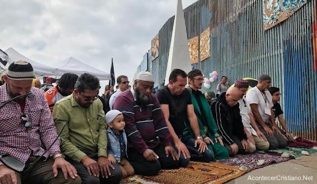 Musulmanes y evangélicos orando en la frontera