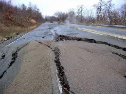 Mistério: Estrada nos EUA de repente é elevada e destruída e ninguém sabe porquê!