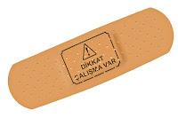 Üzerinde 'dikkat çalışma var' yazan komik bir plaster veya yara bandı
