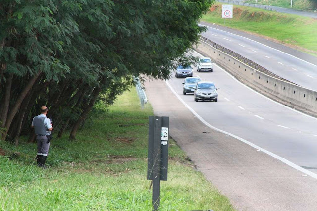 Projeto de lei proíbe que policiais rodoviários se escondam para multar