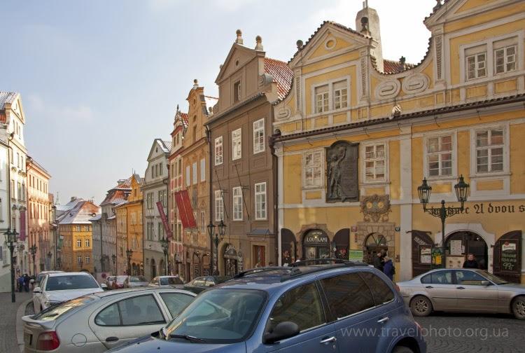 Людей на улицах Праги немного меньше