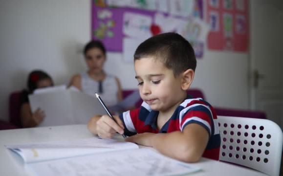 Aluno menino com tdah fazendo atividade escolar para casa