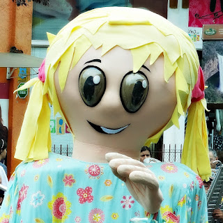Boneca Gigante no Desfile do Festival Internacional de Teatro de Bonecos de Canela