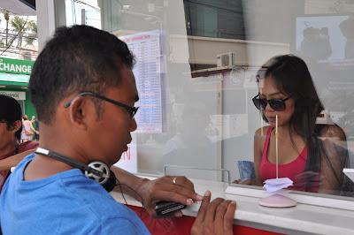 sedang menukar rupiah di money changer Phuket