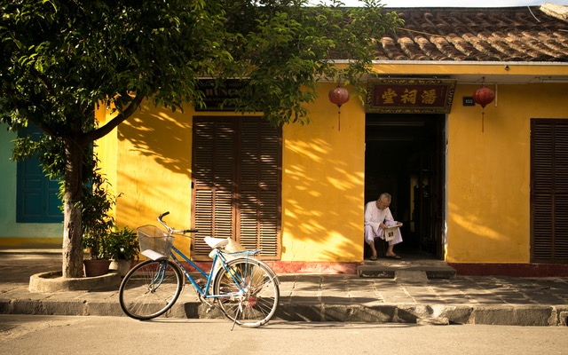 bicycle, outside the house, man reading