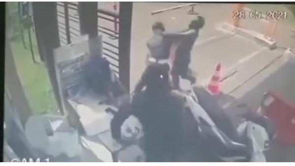 Viral Ojol Dipukuli Satpam di Tangerang Gegara Persoalan Cuci Tangan