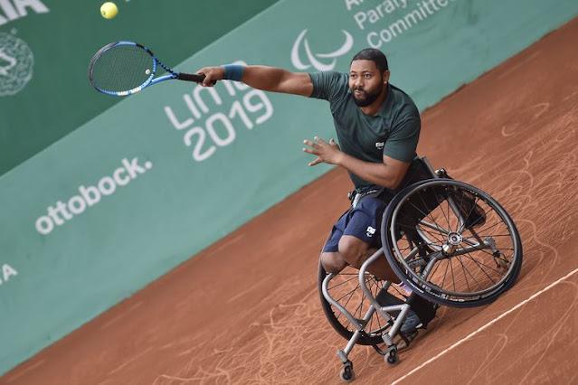 tenista em cadeira de rodas bate na bola durante Lima 2019