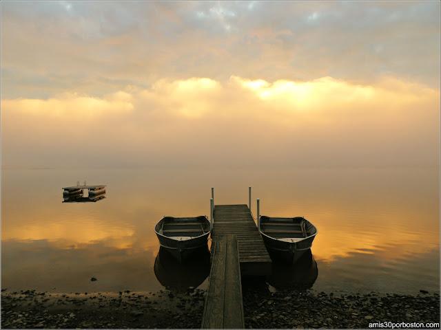 Barcas en el Lago Graham al Amanecer en Maine