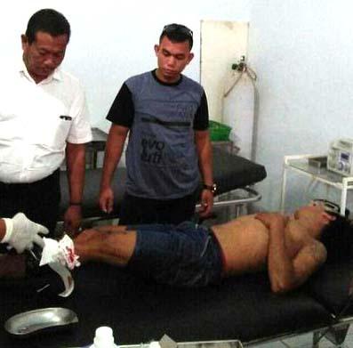 Saddam Husein Pulungan tersangka pembobol grosir saat berada di rumah sakit.