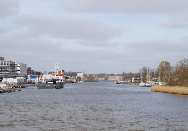 Küsten-Spaziergänge rund um Kiel, Teil 4: Entlang am Ufer der Schwentine. Blick auf die Schwentinemündung mit dem Forschungsschiff Alkor.