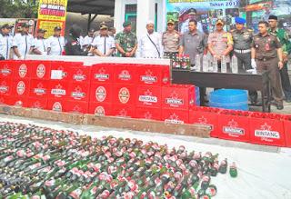 Satpol PP Musnahkan Ratusan Botol Minol Sitaan