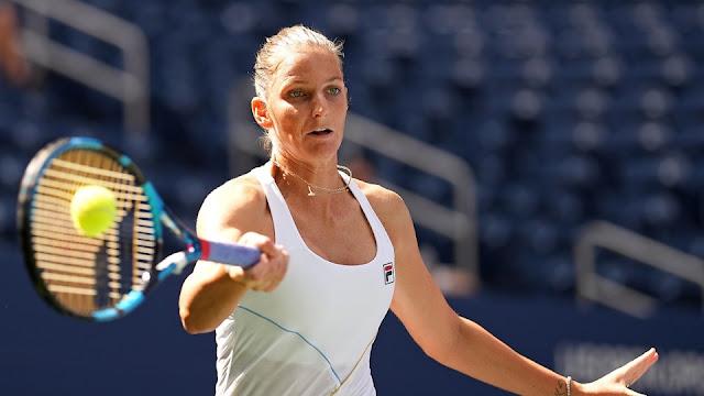 A tenista Karolina Pliskova rebate uma bola de forehand, segurando a raquete com o braço direito