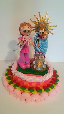 2673cbe8320  Tarta de chuches con fofucha personalizada y la Virgen del Pilar.