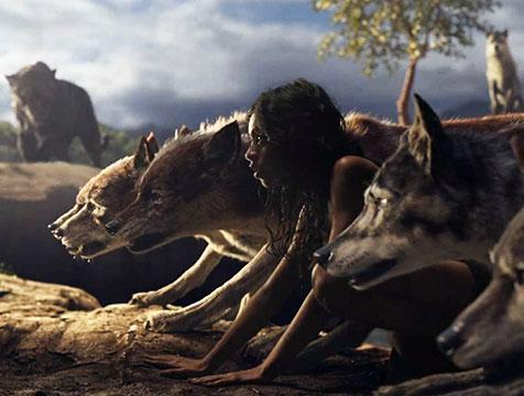 Los lobos y Mowgli (Rohan Chand) en Mowgli, la leyenda de la selva - Cine de Escritor