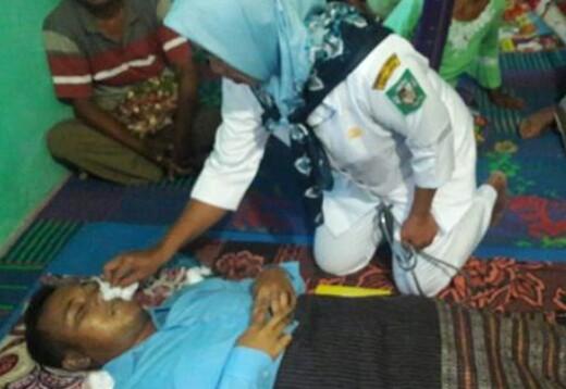 Korban yang tewas tersengat listrik saat memanen sawit di kota Perdagangan, Simalungun.