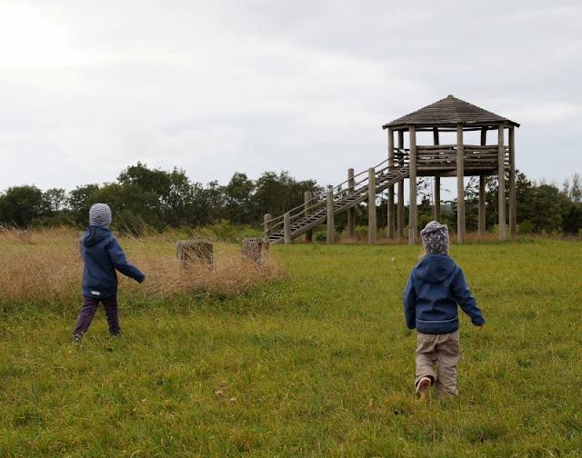 Bornholm mit Kindern im Herbst. Teil 3: 10 tolle Ausflugsziele für Familien auf Dänemarks Sonneninsel. Auf der Wallanlage Rispebjerg können sich die Kids super austoben.
