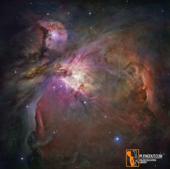 """Gambar 3: Nebula Orion — Tempat Lahirnya Bintang. Nebula yang indah ini adalah Orion merupakan """"kamar lahirnya bayi"""" bintang di mana bintang terbentuk dari gas nebula. Cahaya ultraviolet yang intens dari bintang-bintang yang baru lahir menggairahkan gas di sekitarnya dan membuatnya menyala dan terlihat saat malam dari bumi. Banyak bintang yang tertanam dalam nebula ini berusia kurang dari satu juta tahun, interval singkat dalam kehidupan bintang biasa. Nebula Orion berjarak sekitar 1500 tahun cahaya dari Bumi dan sekitar 30 tahun cahaya. (NASA, ESA, M. Robberto / STScI / ESA, dan Tim Proyek Tresuri Teleskop Antariksa Hubble Orion)"""