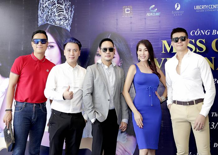 Siêu mẫu - Diễn viên Lê Quang Hòa (Áođỏ)đến chúc mừng NTK Võ Việt Chung.