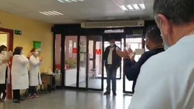 Los sanitarios del Hospital Ramón y Cajal rinden homenaje a un taxista que traslada a pacientes sin cobrar