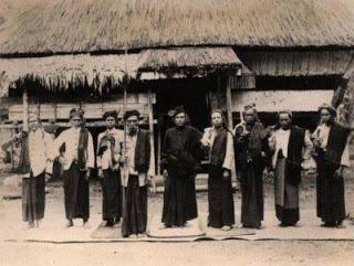 Gambar 7: Tuan Ragaim Purba Tambak bersama para penasehat dan pengawalnya di depan Rumah Bolon di Pamatang Dolog Silou