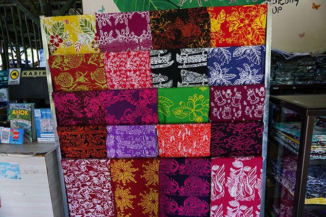 Berbagai motif batik di Galeri Daun Simpor
