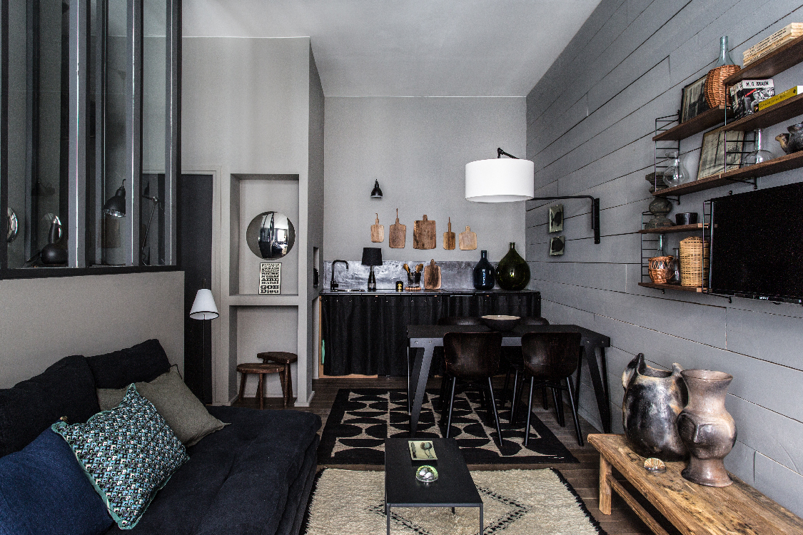 Decordemon tiny studio in dark tones in lyon by maison hand for Maison lyon
