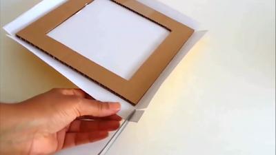 Potong kertas kado disetiap pojok kardus agar mudah dilipat