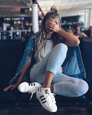 pose sentada en aeropuerto