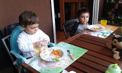tizi e alice che mangiano seduti a tavola