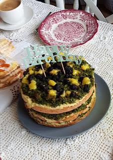 Tort zielony, cytrynowy z owocami i lukrem porzeczkowym