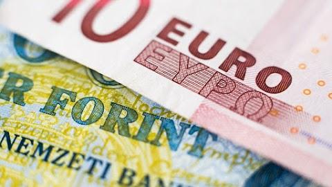Történelmi mélypontra gyengült a forint, 335 forint felett jár az euró