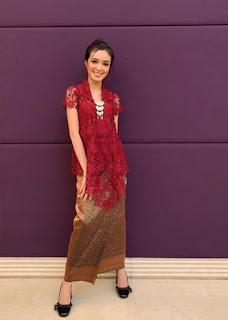 4.  Kebaya brokat batik modern warna maroon
