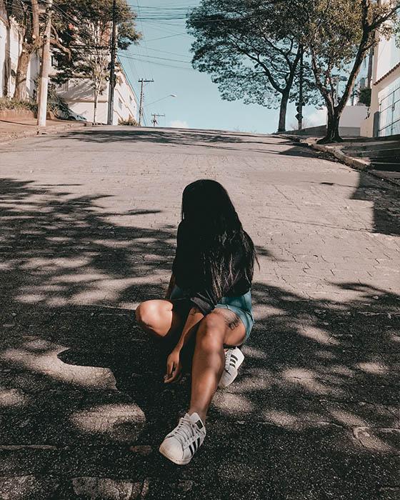 poses sentada en la calle