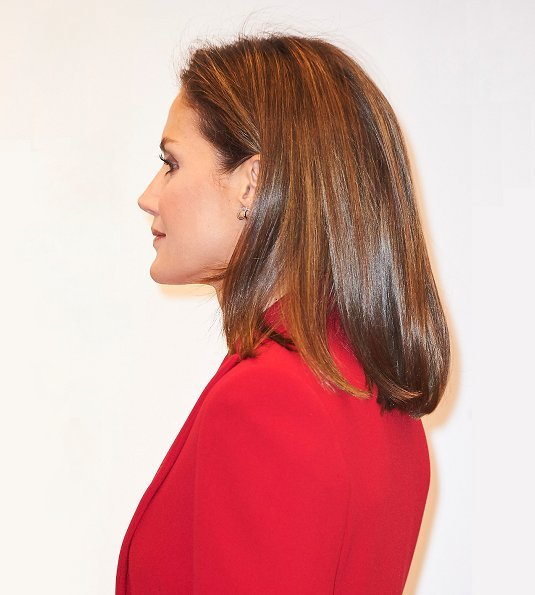 Queen Letizia wore Roberto Torretta red suit from Fall Winter 2017 2018 collection. She wore Magrit pumps and Carolina Herrera print clutch bag