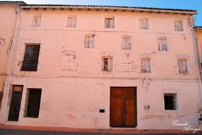Antiguo casa de los Tallada. señores de Manuel, típica construcción de las casas para cría del gusano de seda. Hoy día casa-museo del pintor José A. Struch