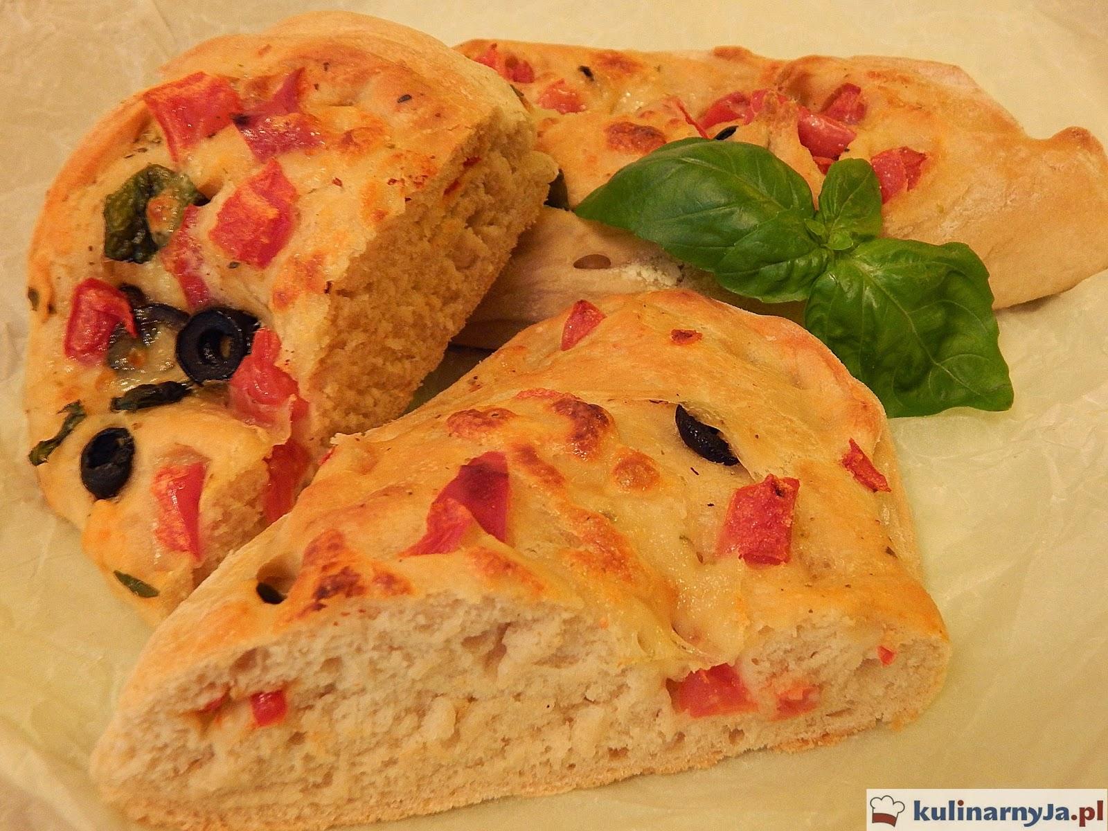 Bułeczki z pomidorami, oliwkami, bazylią i mozzarellą