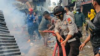 Quick Respon..!! Brimob Polda Sulsel Bantu Warga Padamkan Api di Bontoduri