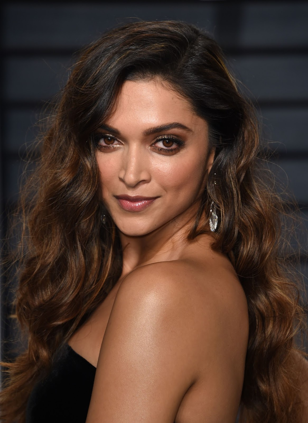 Deepika Padukone Looks Stunning At The Vanity Fair Oscar ...