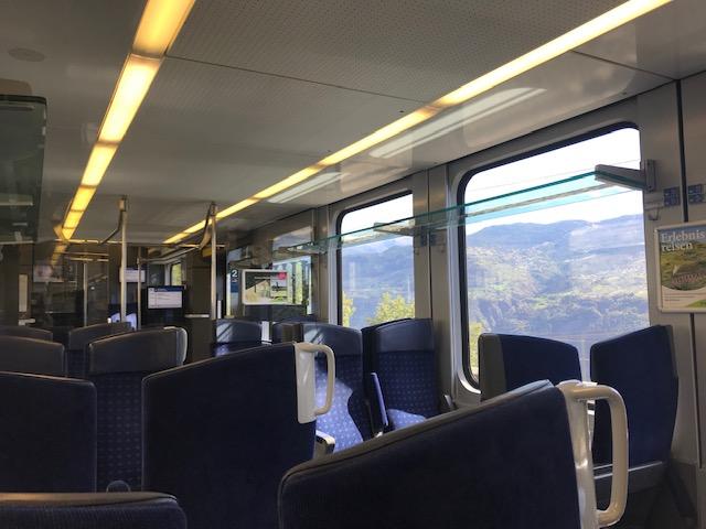 列車の中で景色を見ながらいただく食事は残り物でも美味しく感じて最高