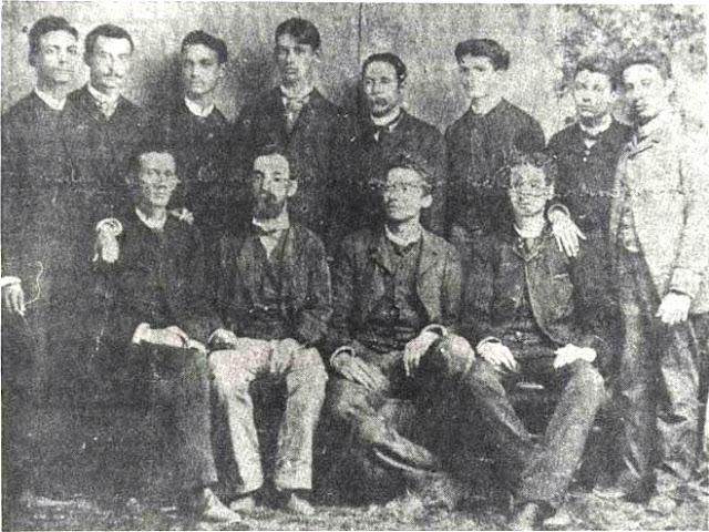 El maestro Eugenio María de Hostos acompañado de sus estudiantes de escuela normal